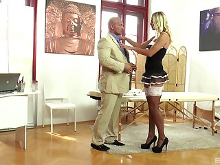 Muscular coxcomb gets horny and bangs his stunning housemaid Christen