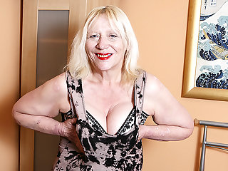 Raunchy British Housewife Playing Helter-skelter Will not hear of Perishable Snatch - MatureNL